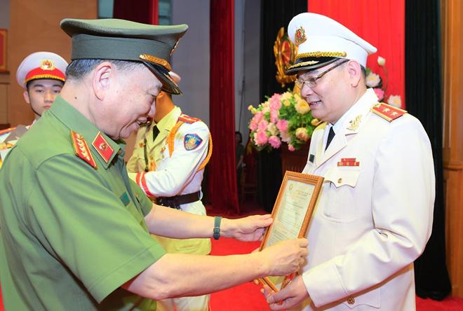 Chánh Văn phòng Bộ Công an được Chủ tịch nước thăng hàm Trung tướng - Ảnh 1.