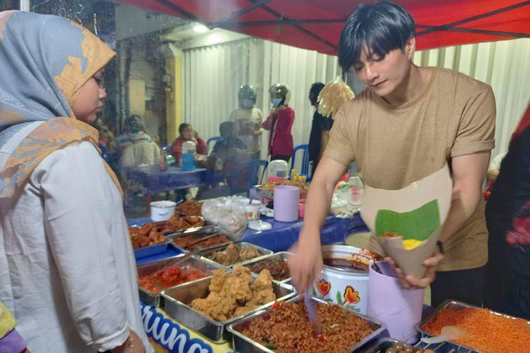 Chàng trai bán cơm bất ngờ nổi tiếng vì giống Lee Min Ho - Ảnh 1.