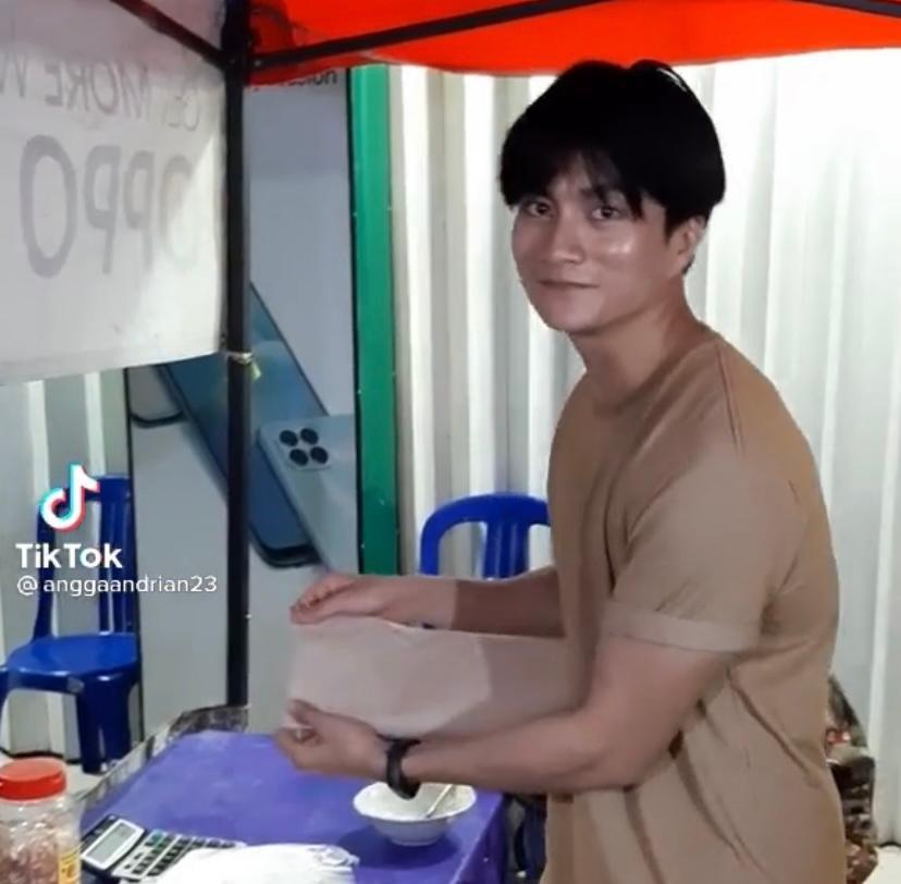 Chàng trai bán cơm bất ngờ nổi tiếng vì giống Lee Min Ho - Ảnh 2.