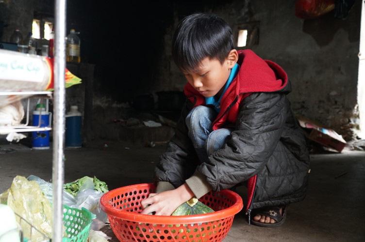 """Cậu trò nghèo """"thịt"""" con lợn nhựa, cả thảy được 1,6 triệu ủng hộ đường bê tông cho xóm - Ảnh 1."""