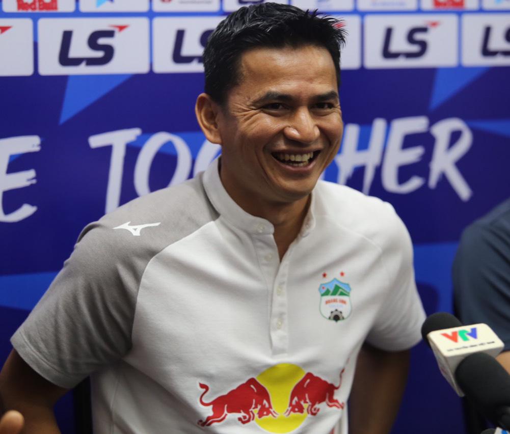 HLV Kiatisuk cười tươi hết cỡ trước khi bắt đầu cuộc họp báo trước trận HAGL tiếp Hà Nội FC. Ảnh: Ngọc Đức