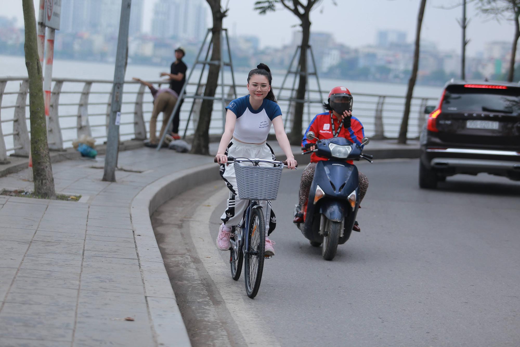Rất nhiều bạn trẻ ở Hà Nội đã thuê một chiếc xe đạp và đạp xe vòng quan Hồ Tây như một hình thức tập thể dục, relax. Ảnh: N.T