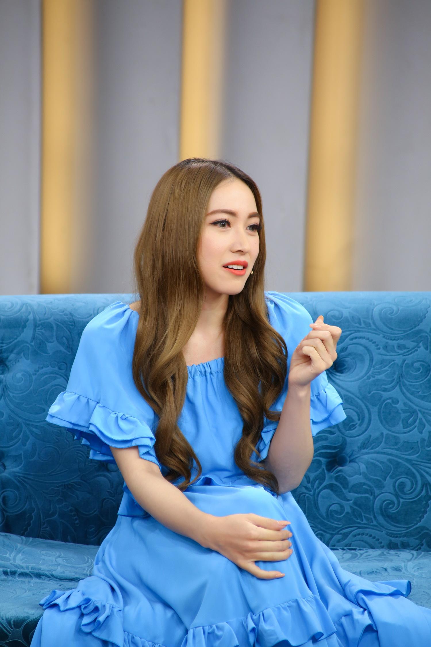 """Lấy chồng hơn 13 tuổi, nữ ca sĩ gốc Việt lai Pháp bị """"sốc văn hóa"""" - Ảnh 2."""