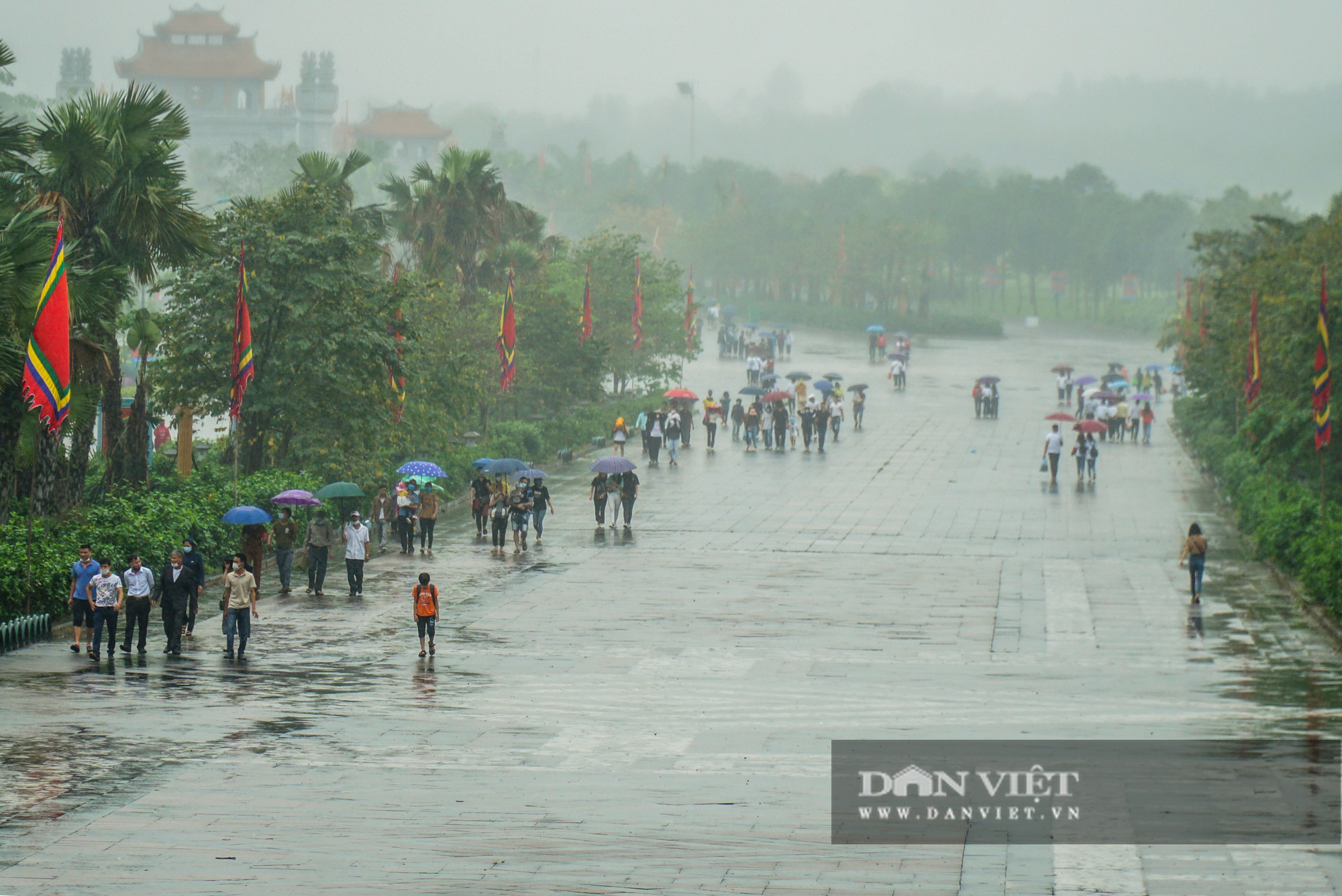 Người dân đội mưa đổ về đền Hùng trước ngày khai hội  - Ảnh 1.