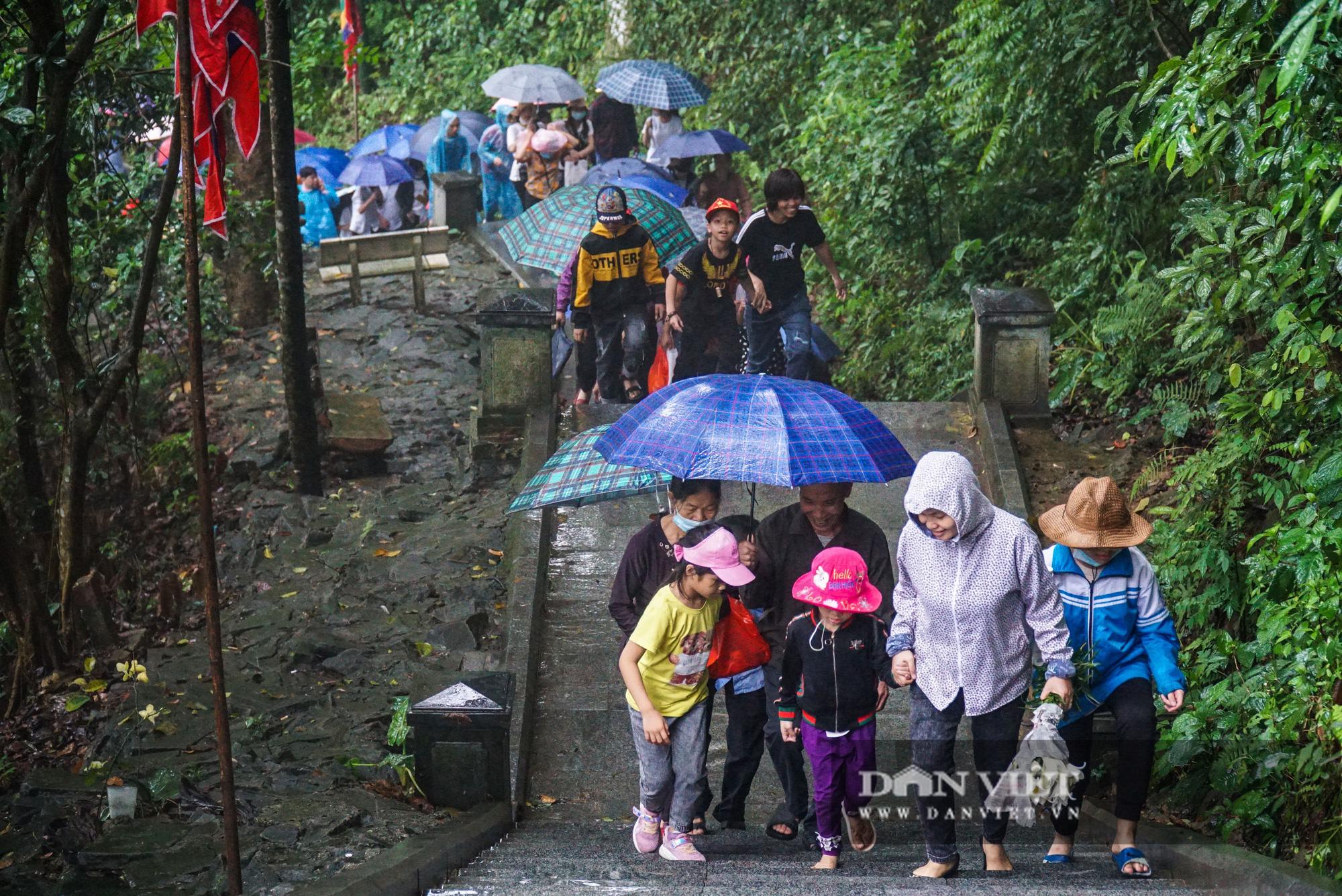 Người dân đội mưa đổ về đền Hùng trước ngày khai hội  - Ảnh 5.