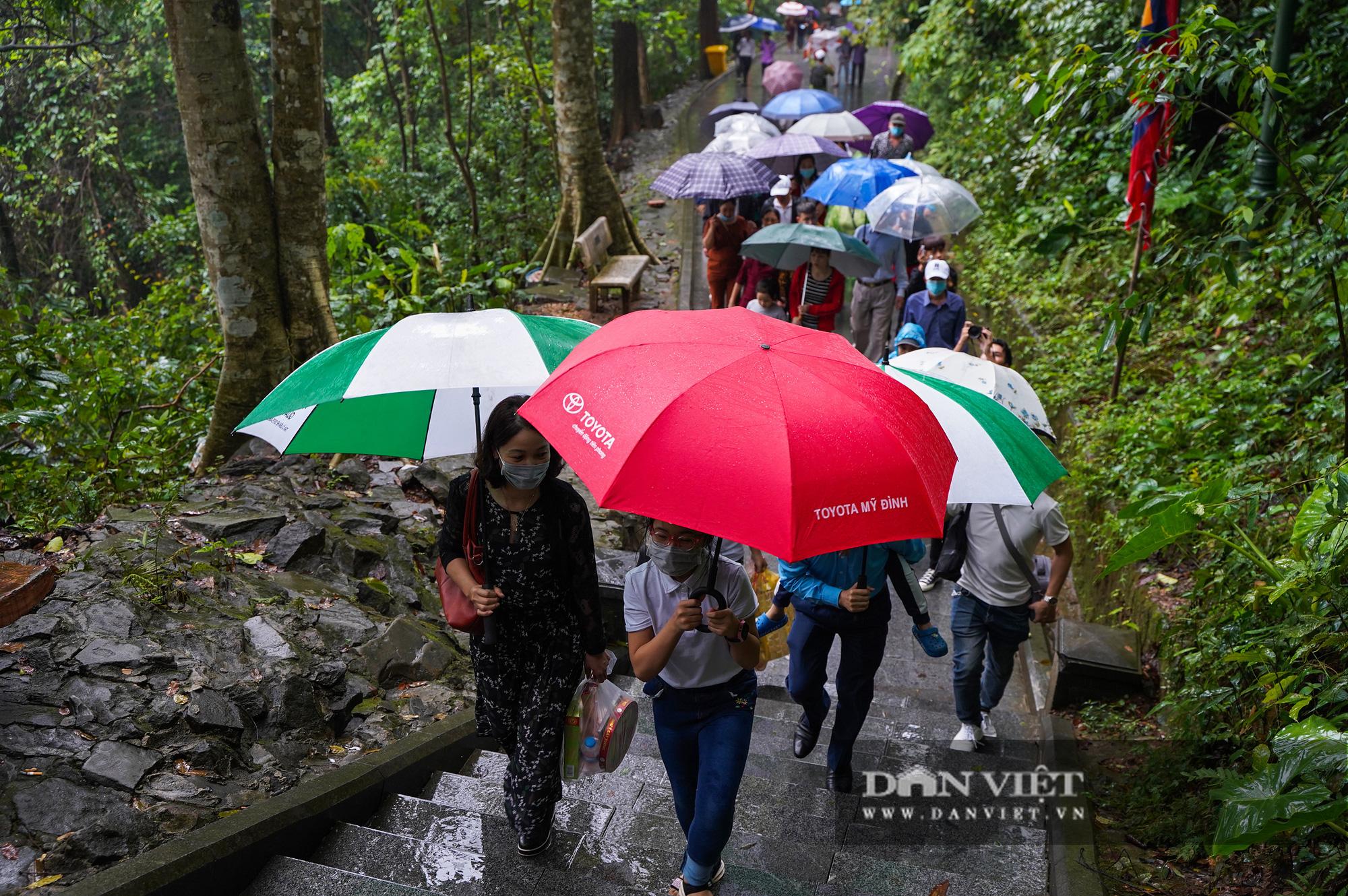 Người dân đội mưa đổ về đền Hùng trước ngày khai hội  - Ảnh 6.