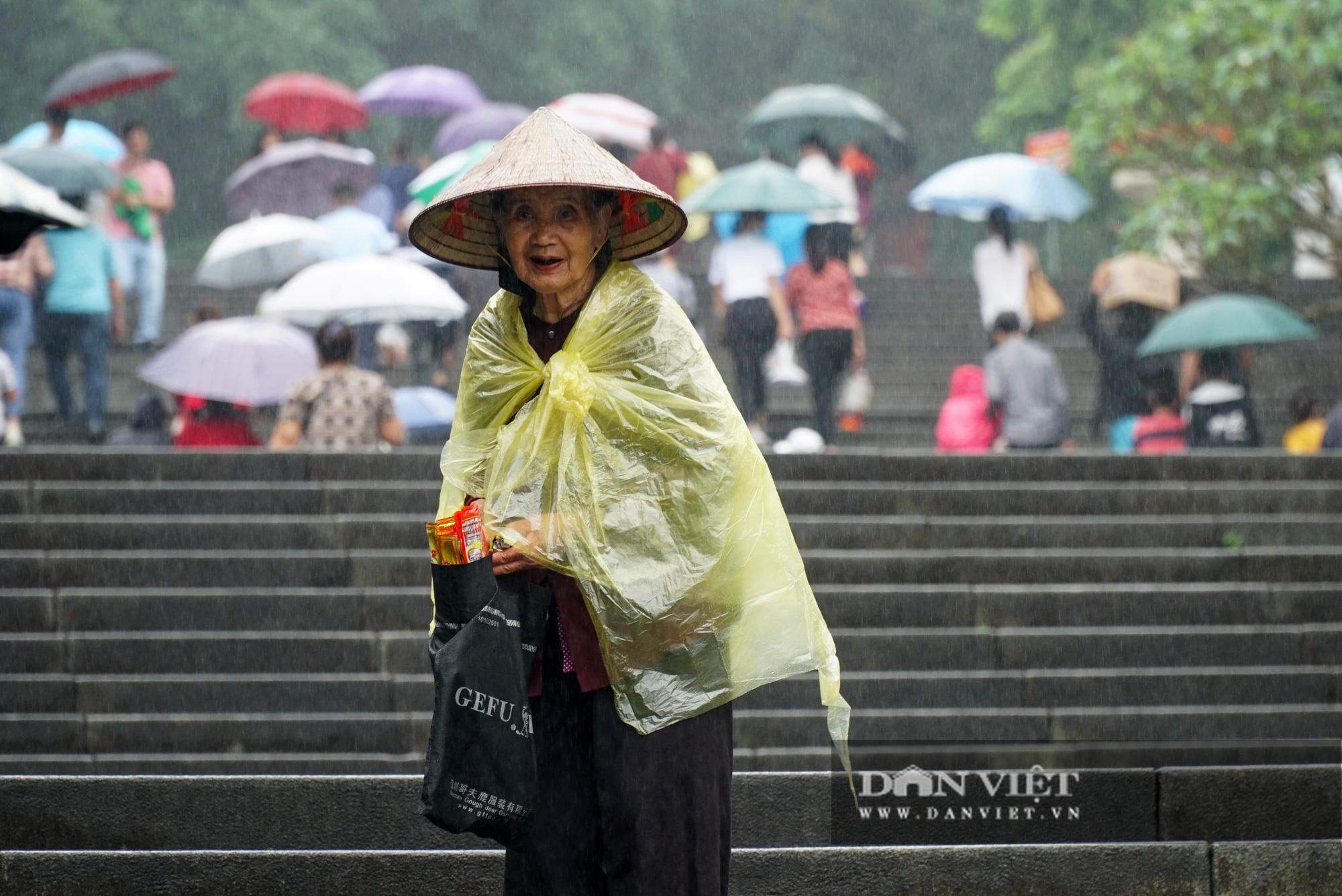 Người dân đội mưa đổ về đền Hùng trước ngày khai hội  - Ảnh 3.