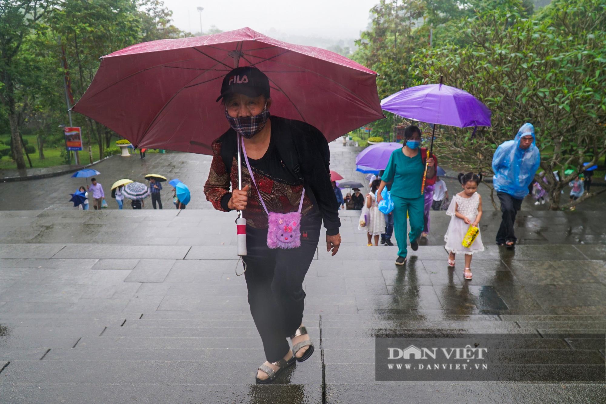Người dân đội mưa đổ về đền Hùng trước ngày khai hội  - Ảnh 4.