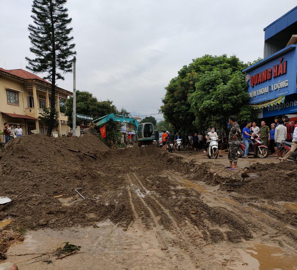 Không khí lạnh cuối mùa khiến nhiều nơi mưa rất to, đã có 3 người thiệt mạng do lũ ống ở Lào Cai - Ảnh 1.