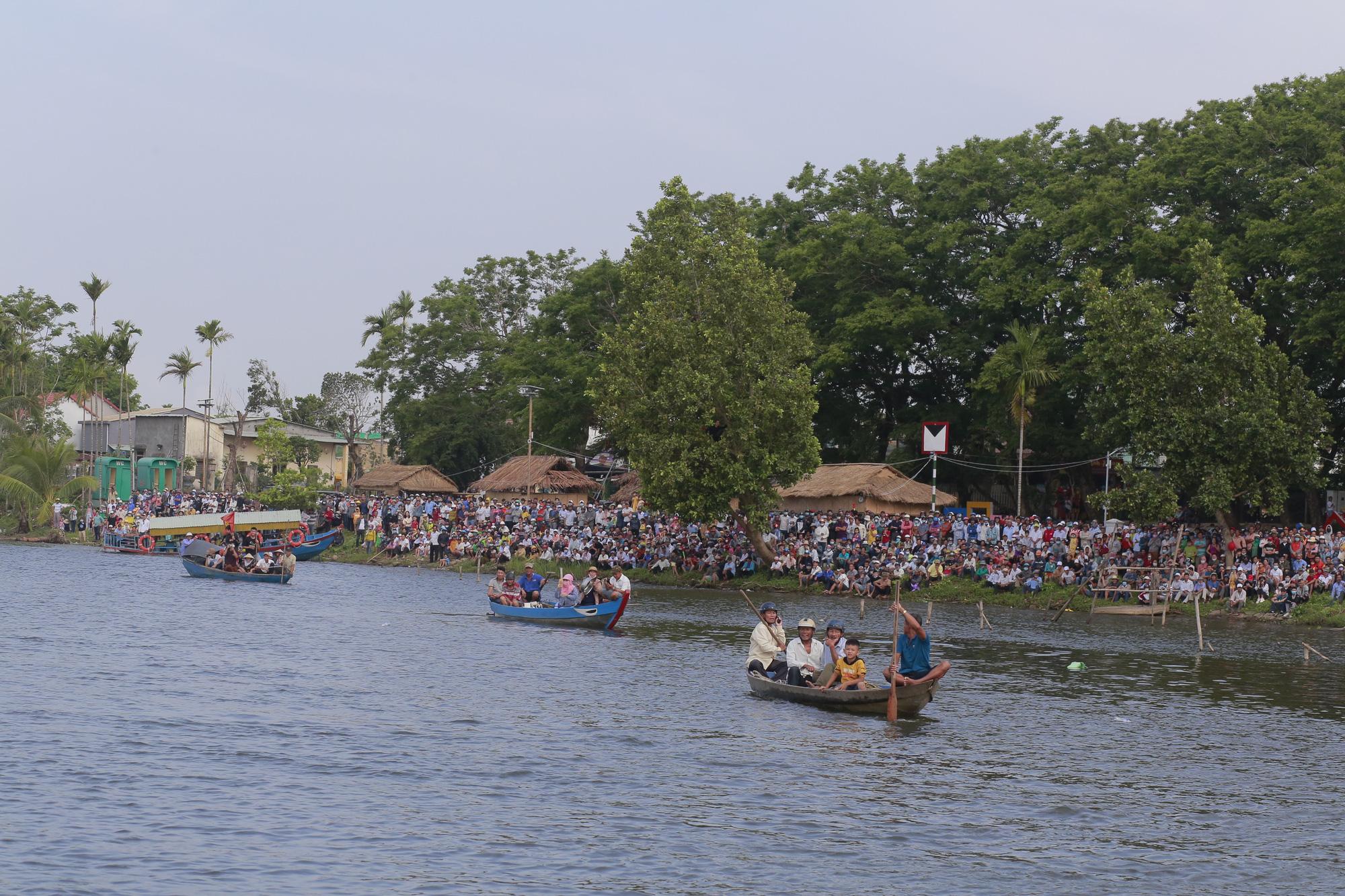 Quảng Nam: Trèo cây, leo nóc nhà để xem đua thuyền ở Tam Kỳ - Ảnh 1.