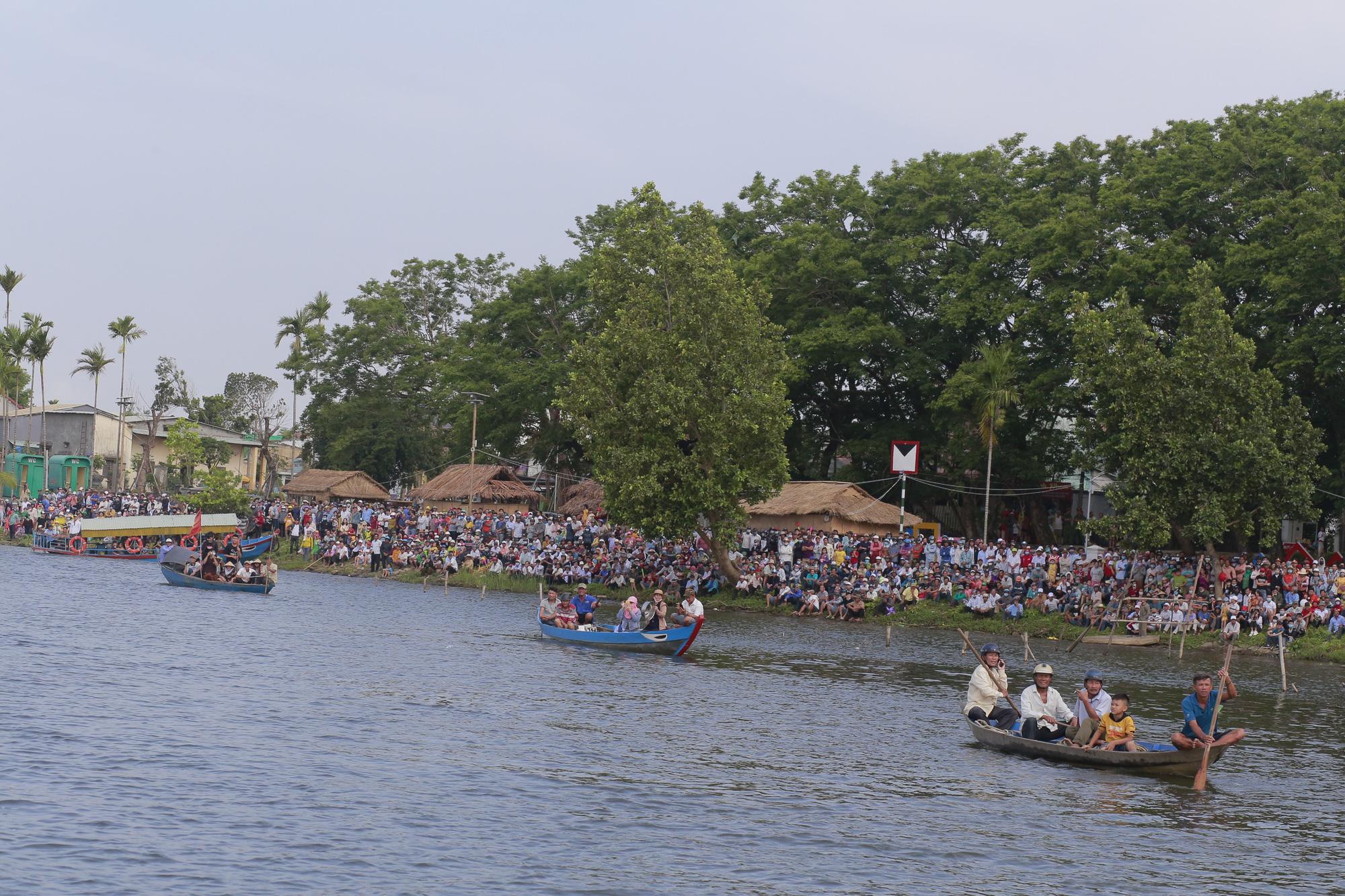 Quảng Nam: Trèo cây, leo nóc nhà để xem đua thuyền ở Tam Kỳ - Ảnh 2.