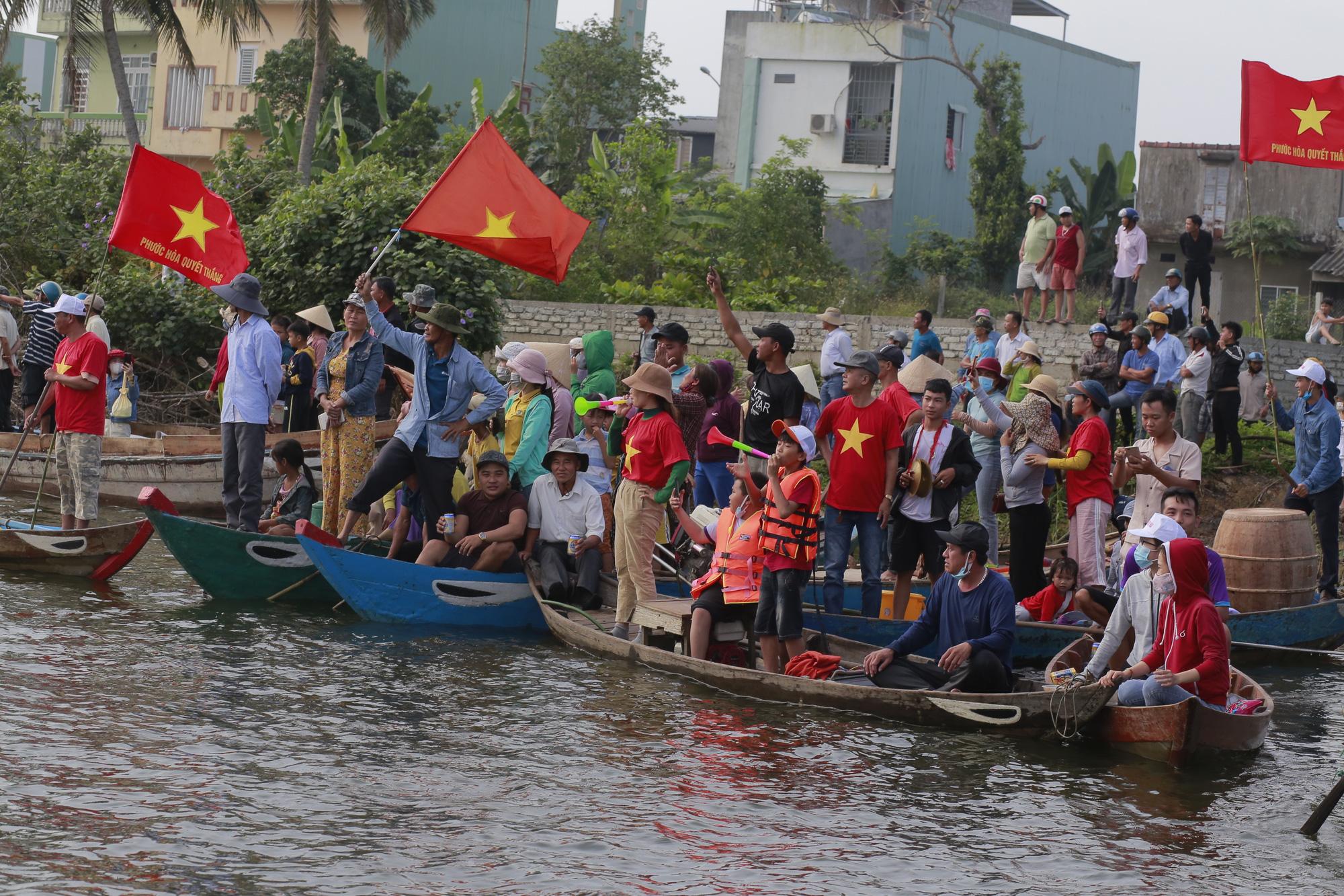 Quảng Nam: Trèo cây, leo nóc nhà để xem đua thuyền ở Tam Kỳ - Ảnh 9.
