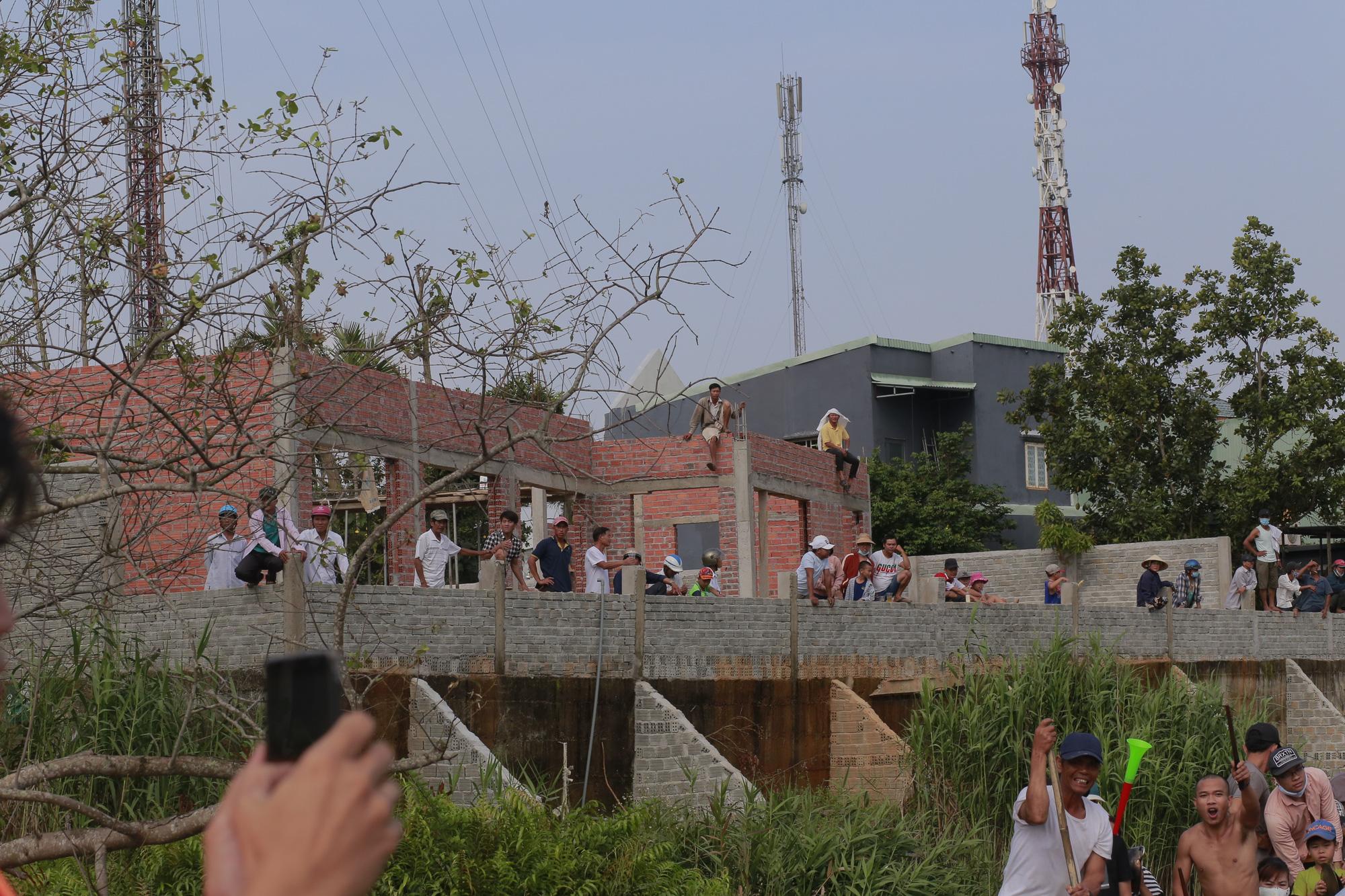 Quảng Nam: Trèo cây, leo nóc nhà để xem đua thuyền ở Tam Kỳ - Ảnh 3.