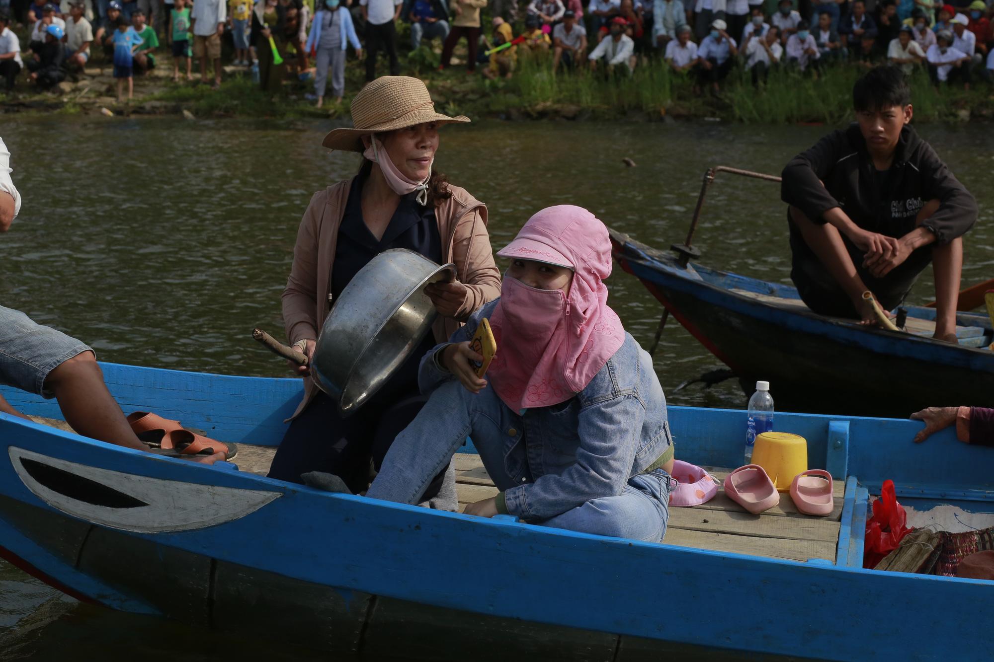 Quảng Nam: Trèo cây, leo nóc nhà để xem đua thuyền ở Tam Kỳ - Ảnh 11.