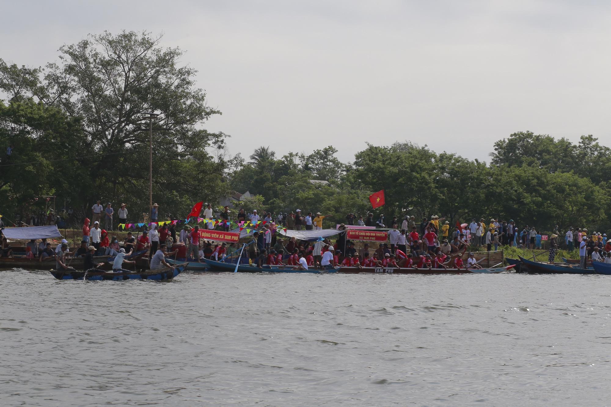 Quảng Nam: Trèo cây, leo nóc nhà để xem đua thuyền ở Tam Kỳ - Ảnh 10.