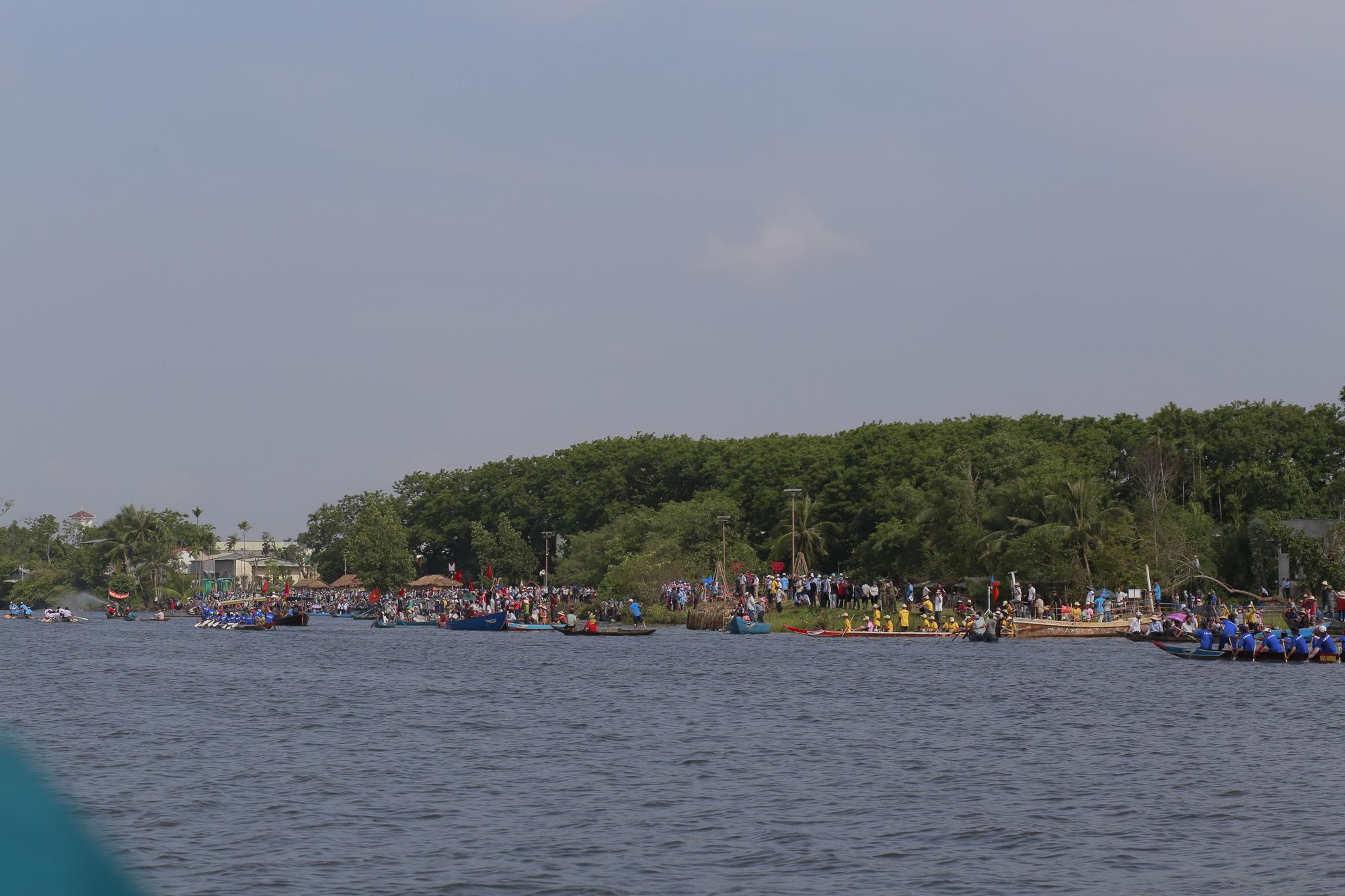 Quảng Nam: Trèo cây, leo nóc nhà để xem đua thuyền ở Tam Kỳ - Ảnh 7.