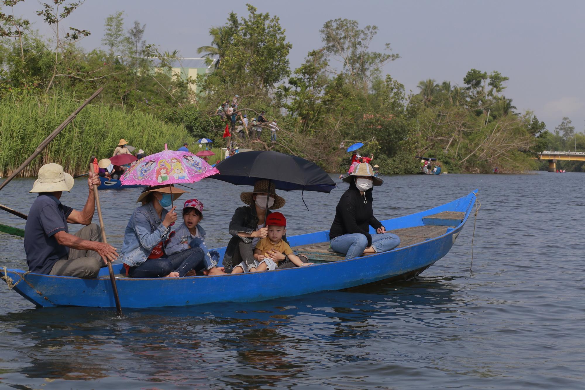 Quảng Nam: Trèo cây, leo nóc nhà để xem đua thuyền ở Tam Kỳ - Ảnh 12.