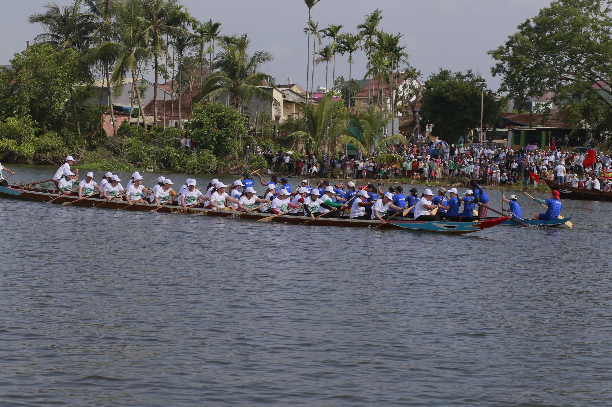 Quảng Nam: Trèo cây, leo nóc nhà để xem đua thuyền ở Tam Kỳ - Ảnh 5.