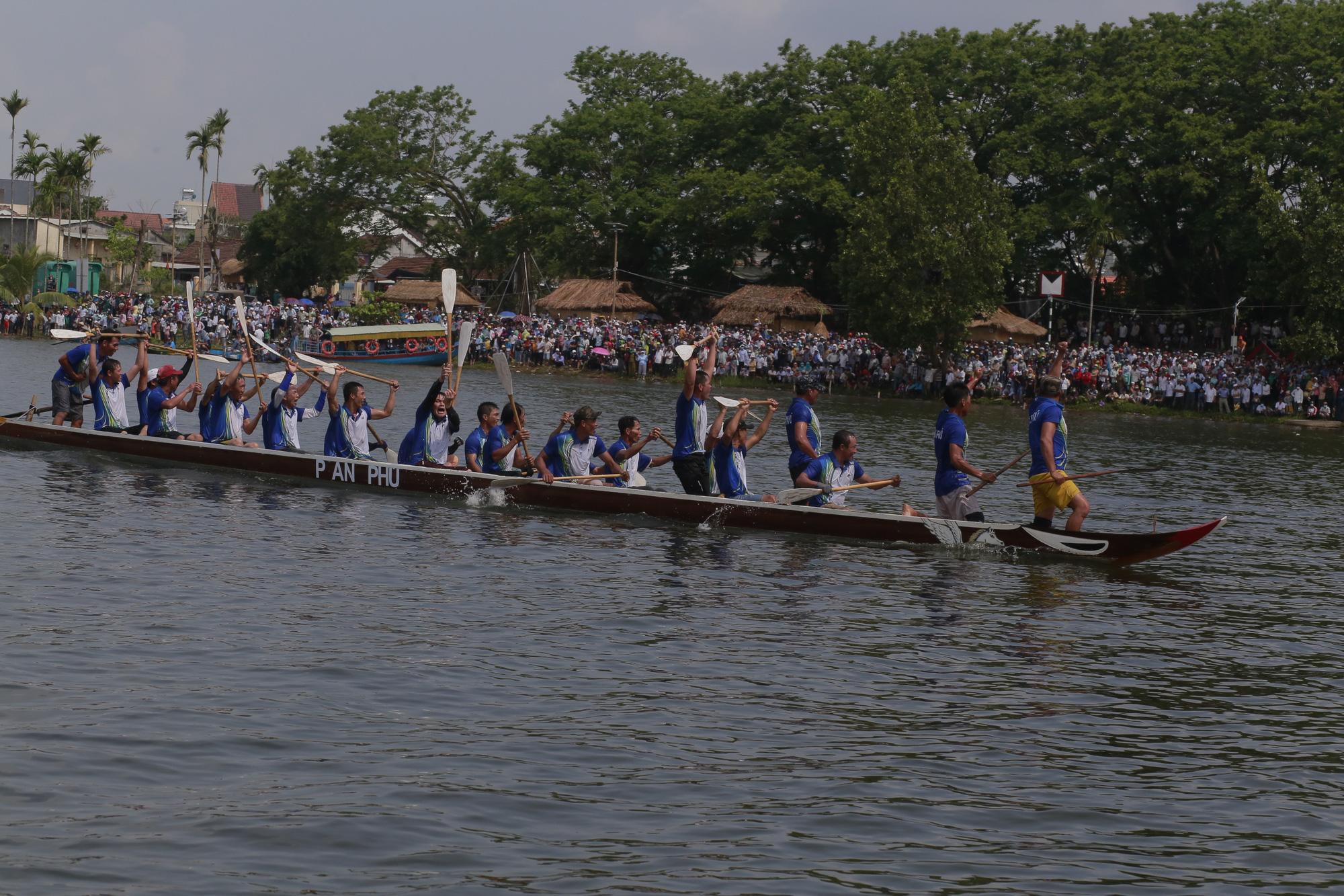 Quảng Nam: Trèo cây, leo nóc nhà để xem đua thuyền ở Tam Kỳ - Ảnh 6.