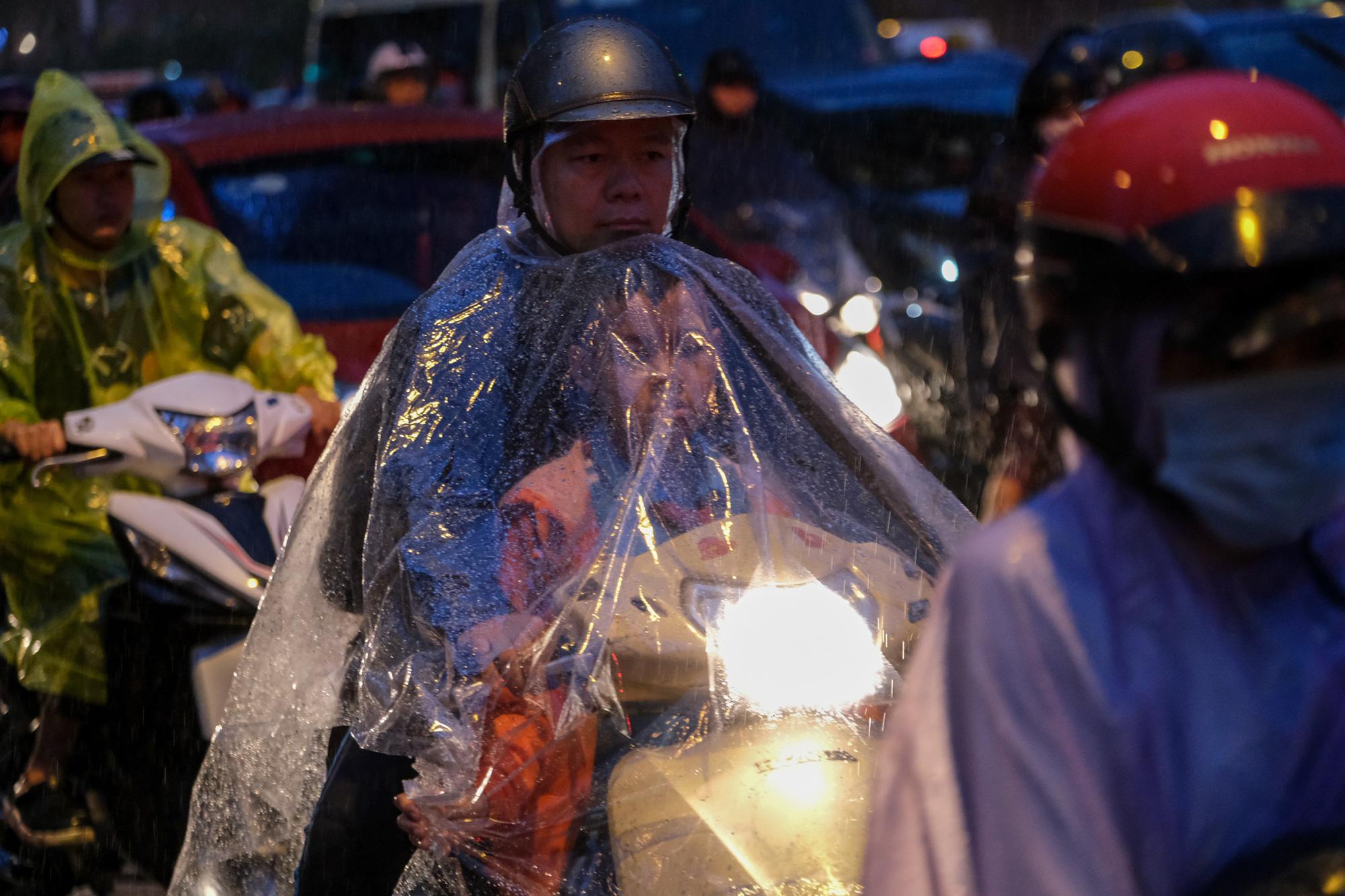 Hà Nội mưa lớn giữa tháng 4 - Ảnh 1.