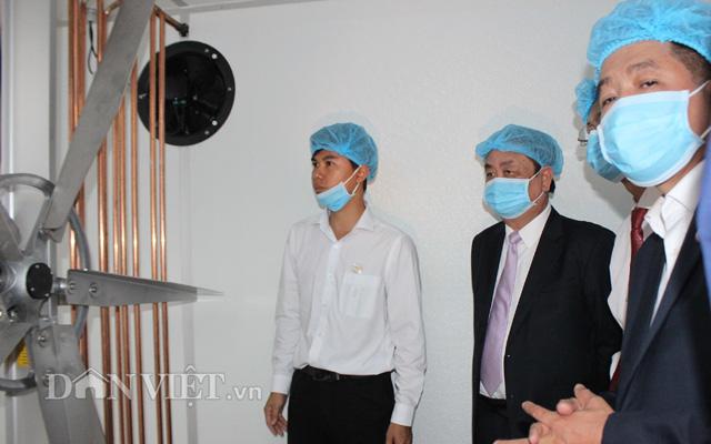 Bộ NNPTNT là lãnh đạo địa phương tham quan dây chuyền hiện đại bên trong nhà máy