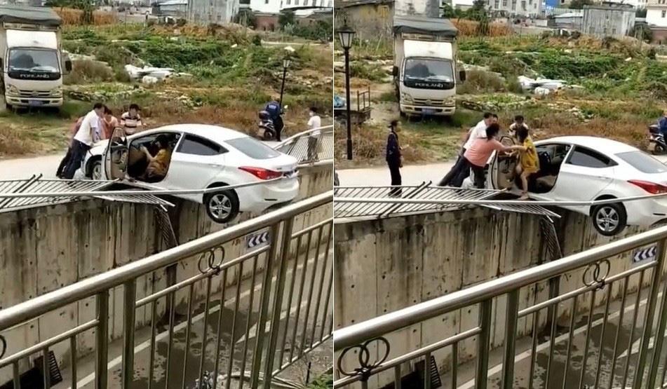"""Phát hoảng nữ tài xế lùi xe """"kinh điển"""", chênh vênh trên lan can đường - Ảnh 2."""