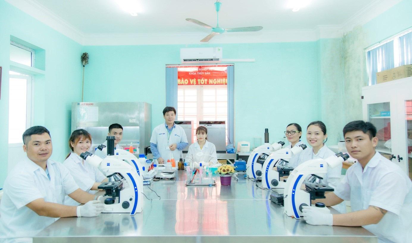 Học nghề bác sỹ chữa bệnh cho tôm, cá, vừa ra trường đã có ngay 40 doanh nghiệp săn đón - Ảnh 2.