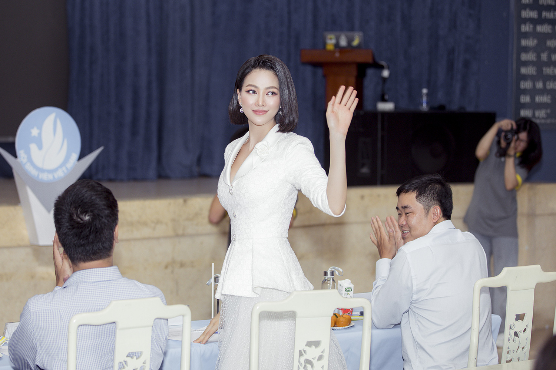 """Hoa hậu Phương Khánh khoe nhan sắc vạn người mê, đầy khí chất trên ghế nóng"""" - Ảnh 4."""