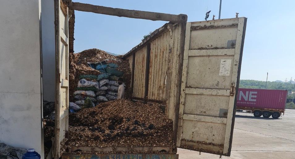 Nghiêm trọng: Nghi vấn giấu than đá dưới lớp gỗ dăm để xuất khẩu qua biên giới - Ảnh 2.
