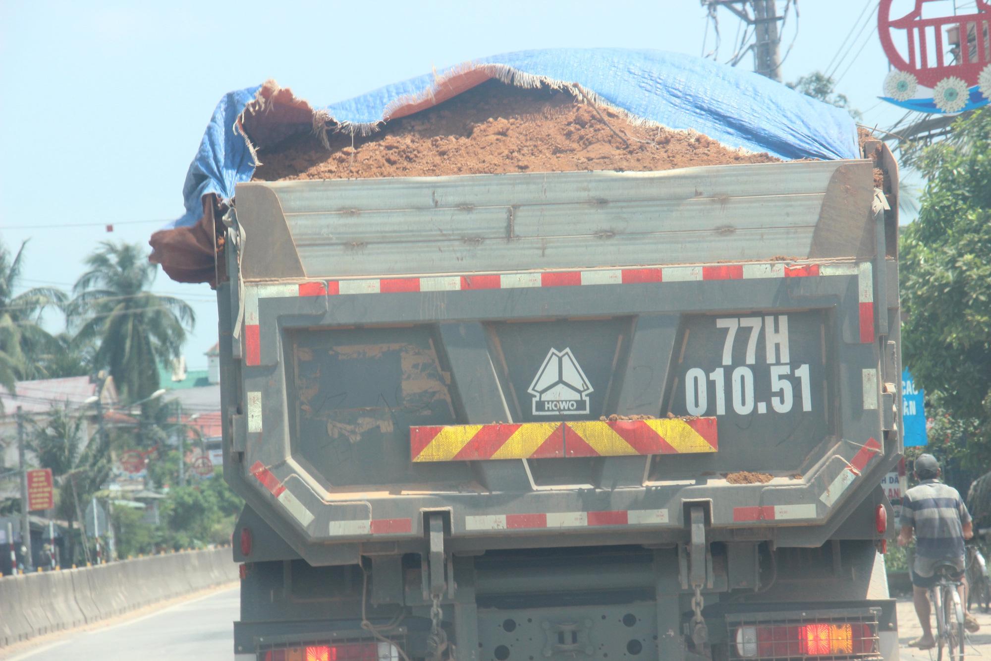 """Ảnh, Clip: Đoàn xe tải gắn logo Bá Sanh Đường """"tung hoành"""" ở Thị xã Hoài Nhơn, Bình Định - Ảnh 6."""