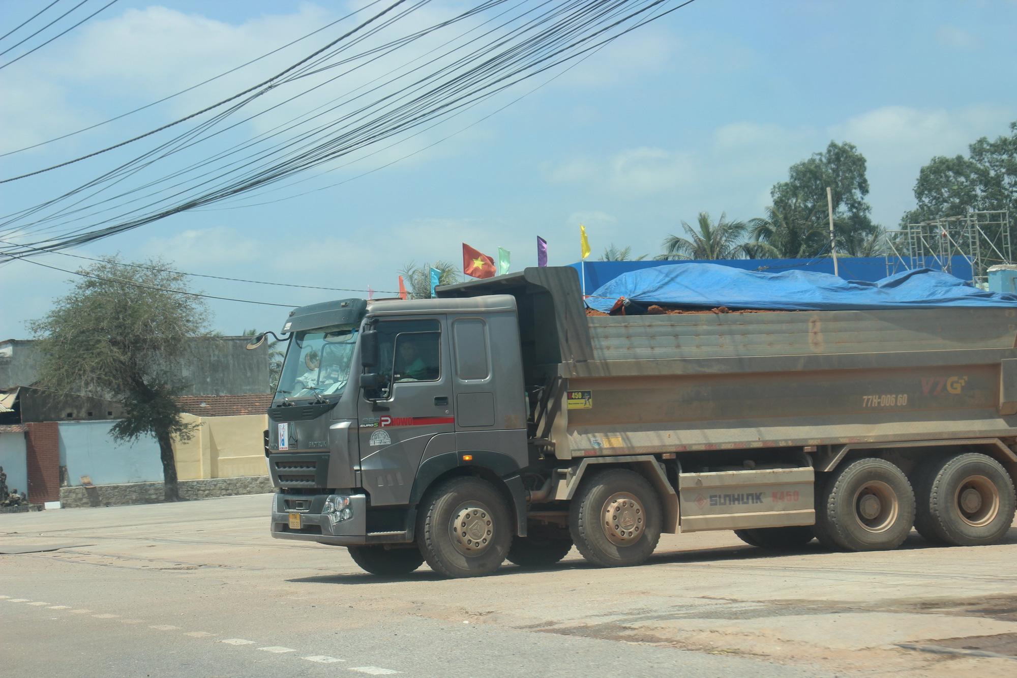 """Ảnh, Clip: Đoàn xe tải gắn logo Bá Sanh Đường """"tung hoành"""" ở Thị xã Hoài Nhơn, Bình Định - Ảnh 8."""