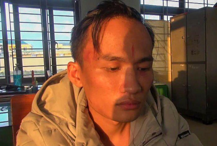 Khởi tố 2 kẻ thường xuyên lột quần áo, dọa chặt tay chân để ép nữ nhân viên quán karaoke bán dâm - Ảnh 2.