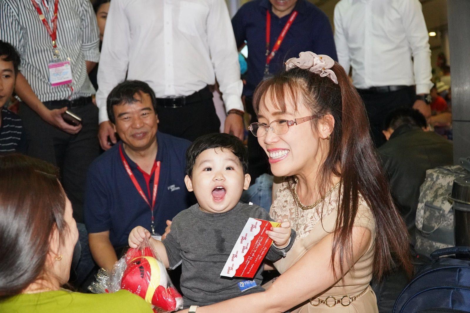 Nữ tỷ phú Nguyễn Thị Phương Thảo dành tặng Huân chương Bắc đẩu bội tinh cho 30.000 cán bộ nhân viên - Ảnh 4.