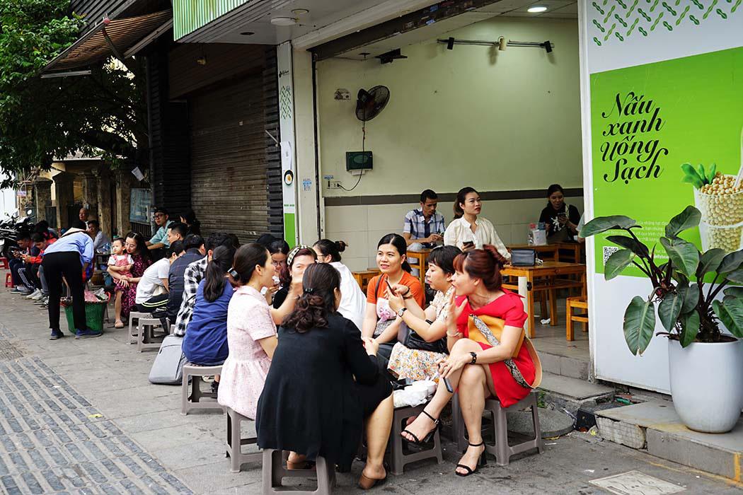 Hà Nội: Quán tào phớ có vị gì ngon mà bán tới 700 đơn thu về 70 triệu đồng mỗi ngày - Ảnh 2.