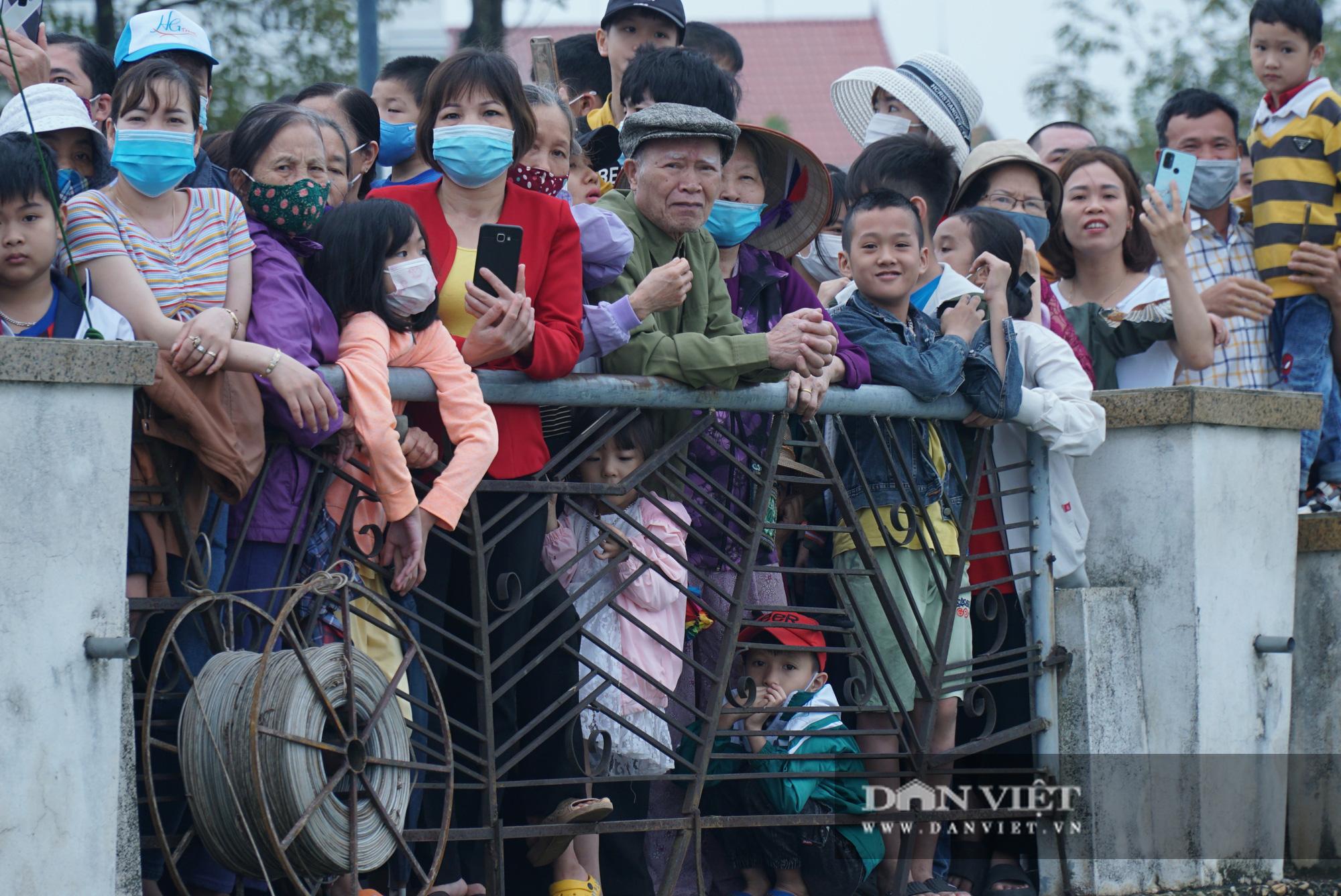 Phú Thọ: Kịch tính giải đua bơi chải chào mừng ngày giỗ Tổ Hùng Vương - Ảnh 3.