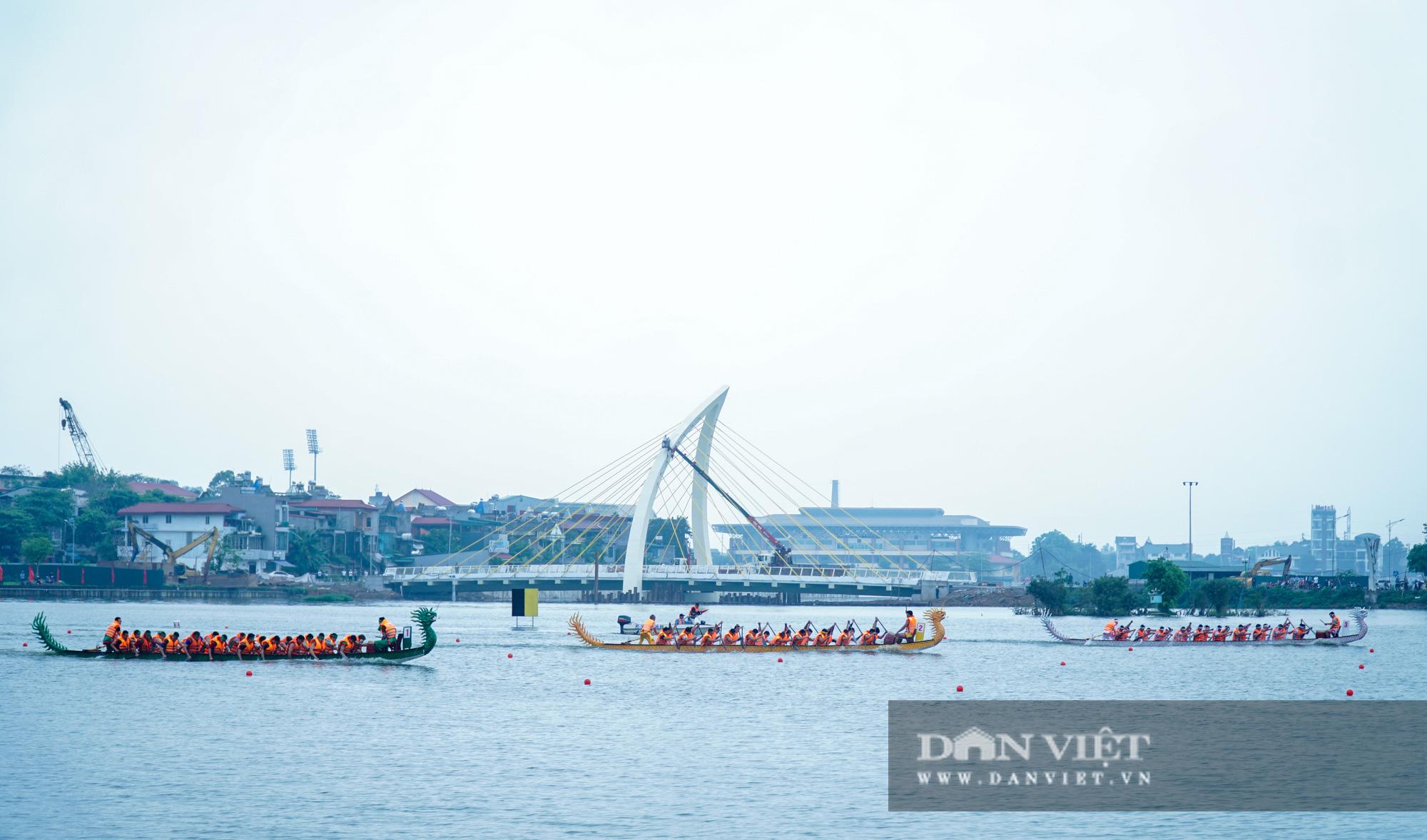 Phú Thọ: Kịch tính giải đua bơi chải chào mừng ngày giỗ Tổ Hùng Vương - Ảnh 1.