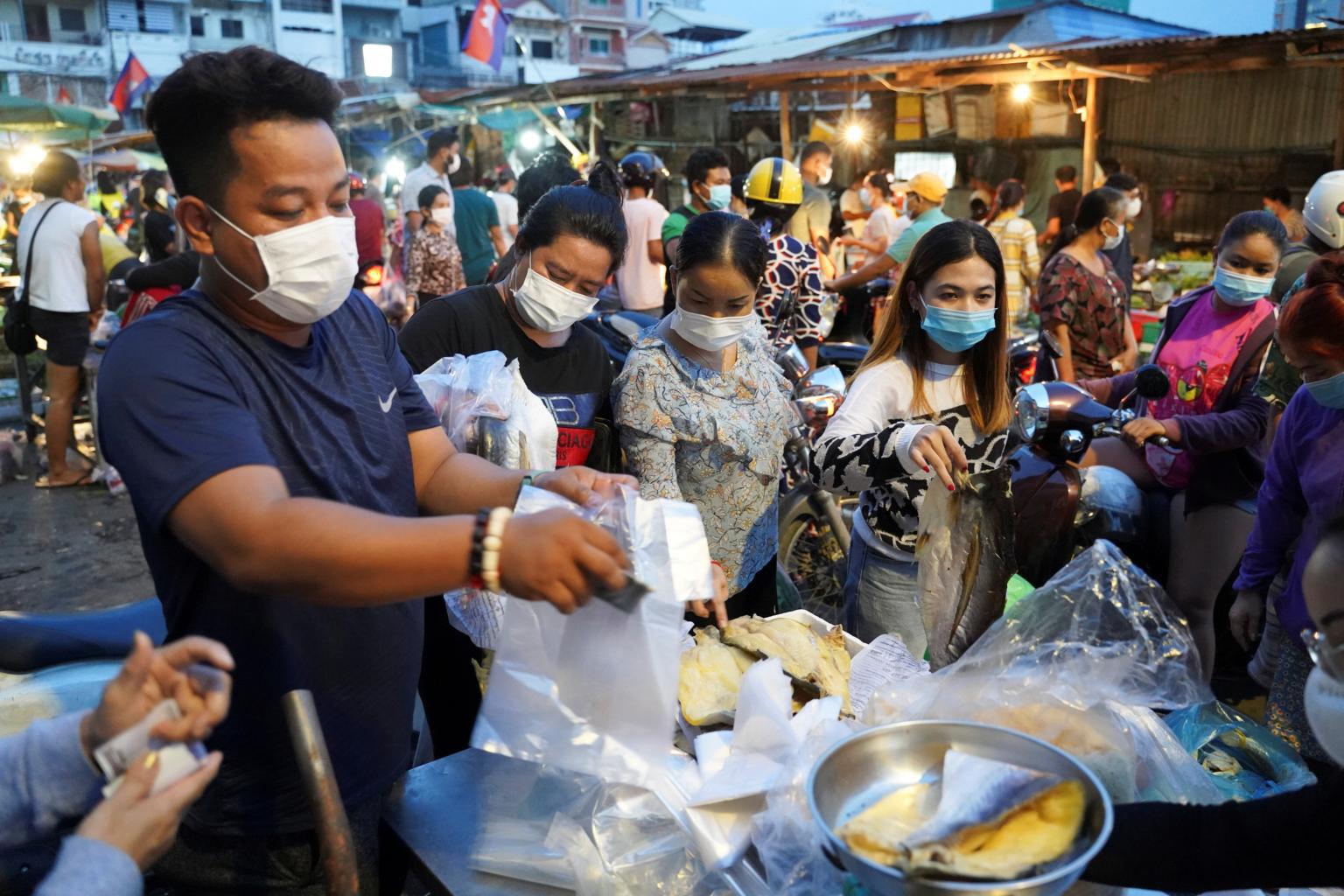 Số ca nhiễm tăng cao, Campuchia trưng dụng hội trường đám cưới cho bệnh nhân COVID-19 - Ảnh 3.