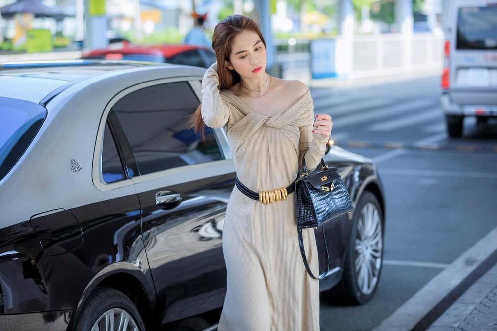 Ngọc Trinh khoe siêu xe Roll Royce hơn 30 tỷ theo cách đẳng cấp - Ảnh 1.