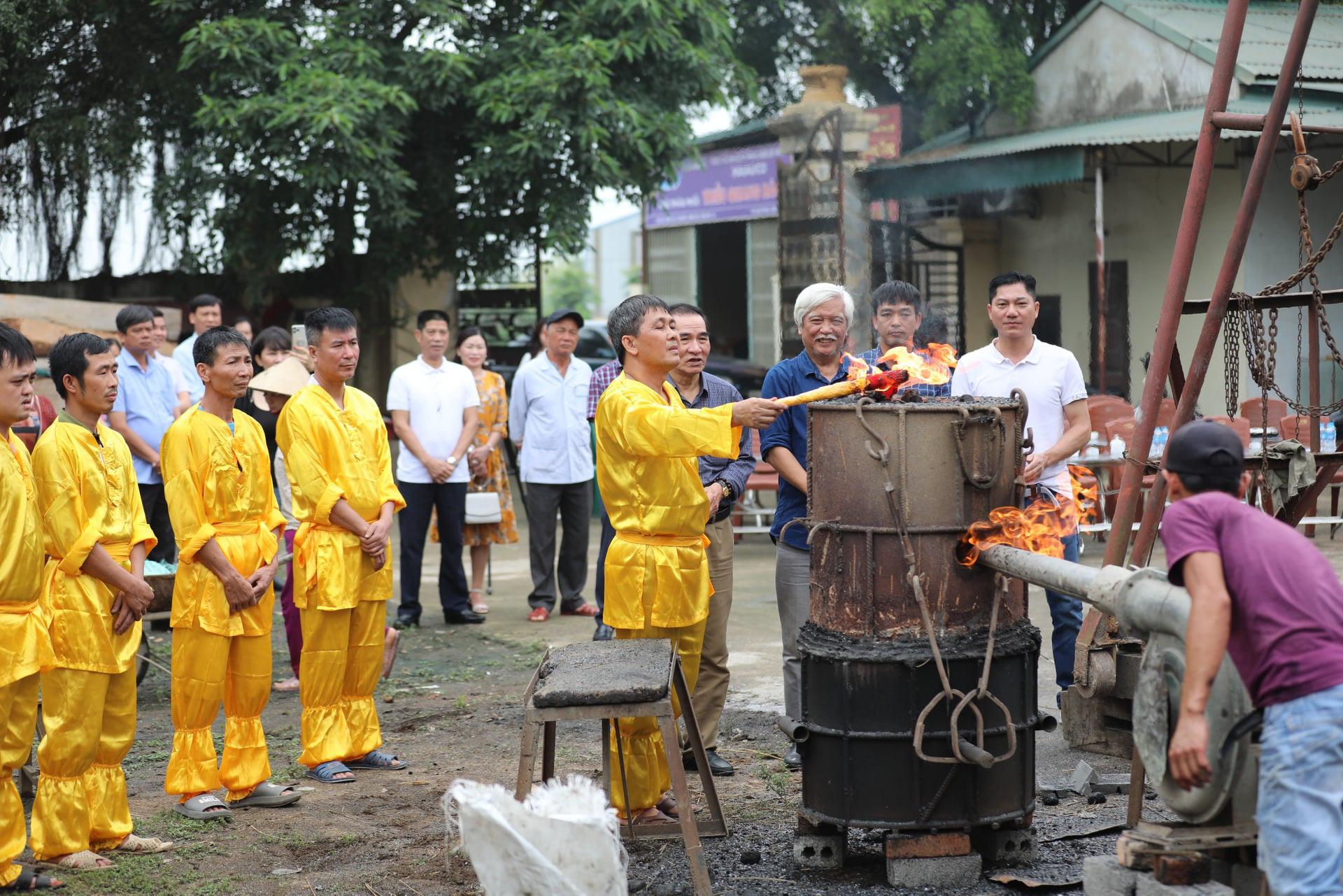 Đúc trống đồng Đông Sơn nặng 300kg chào mừng bầu cử Quốc hội khoá XV - Ảnh 1.