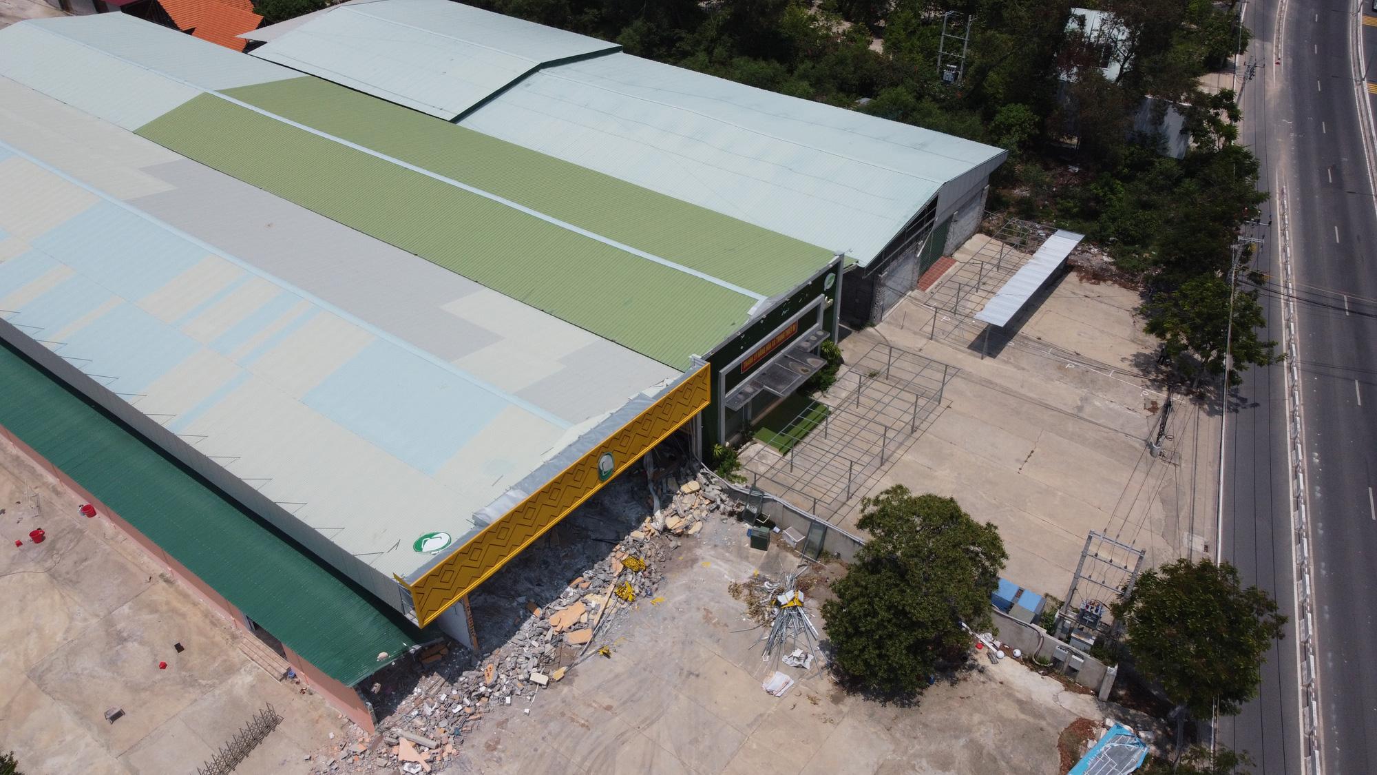Nha Trang: Nhiều công trình xây dựng trái phép vẫn chưa tự nguyện tháo dỡ - Ảnh 4.