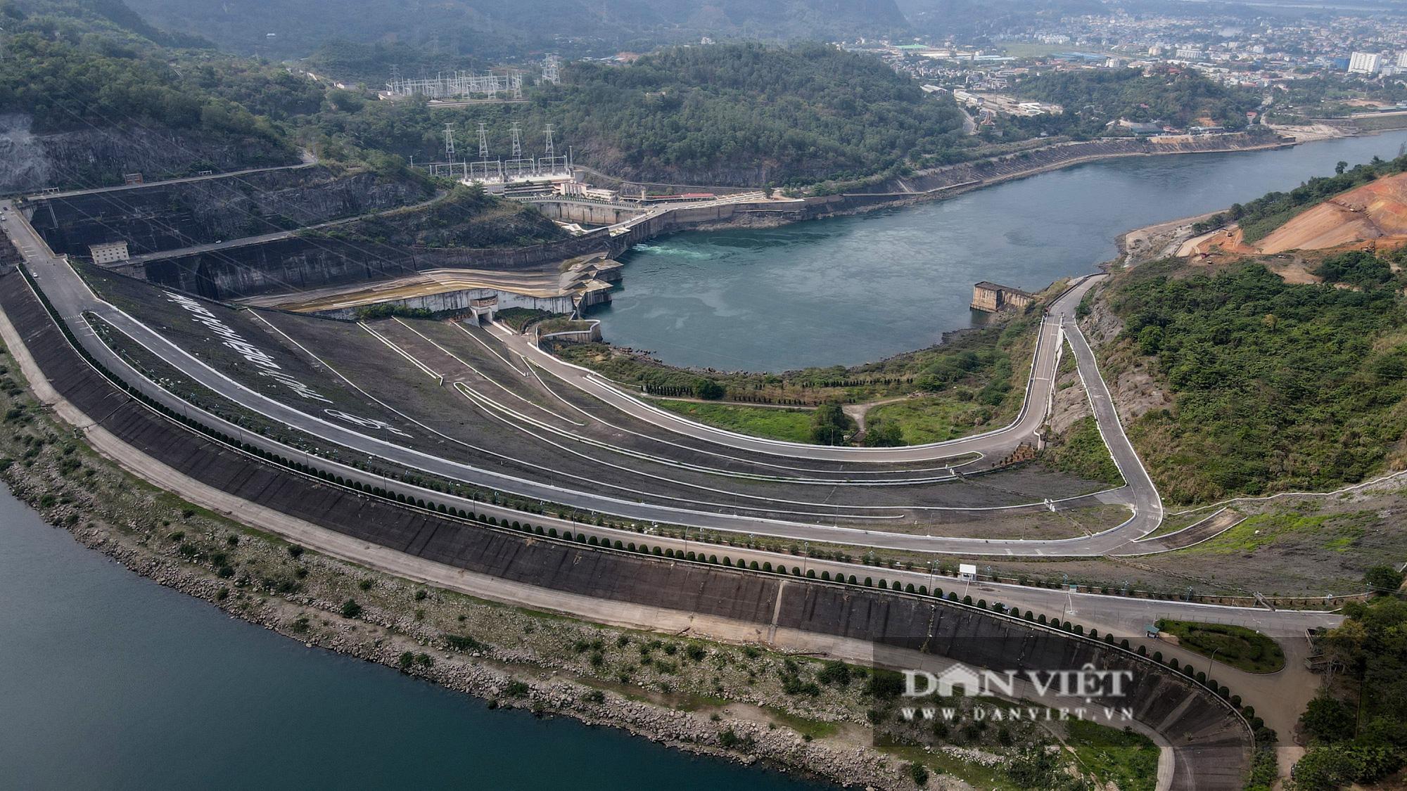 Công trình mở rộng nhà máy thuỷ điện Hoà Bình hơn 9000 tỷ nhìn từ trên cao  - Ảnh 2.