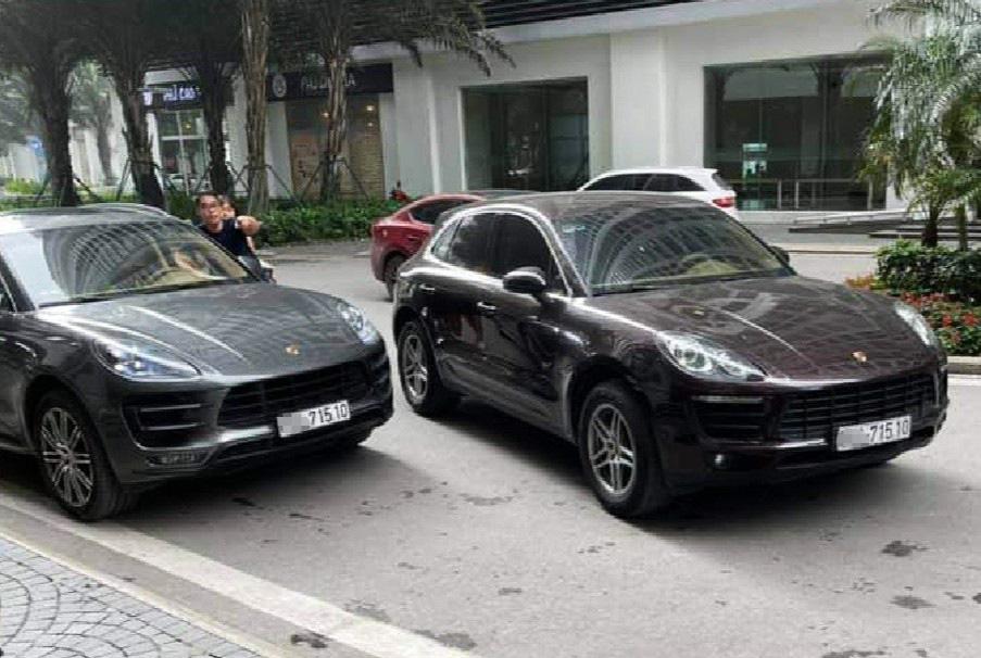"""2 xe sang Porsche cùng biển số """"gặp nhau"""" ở sảnh chung cư - Ảnh 1."""