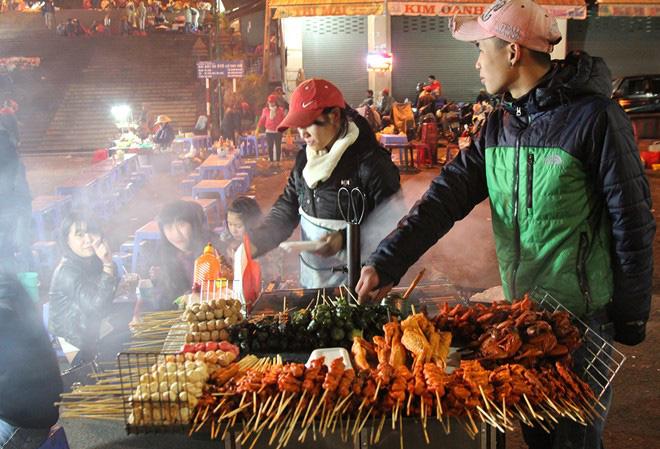 Du lịch Đà Lạt: Chợ đêm nhiều món ăn, hàng quà hấp dẫn - Ảnh 2.
