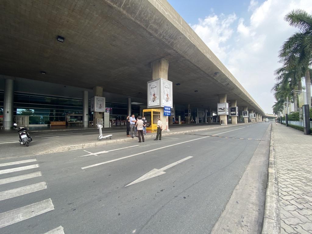 Xe công nghệ chính thức có làn đón khách riêng tại sân bay Tân Sơn Nhất - Ảnh 1.