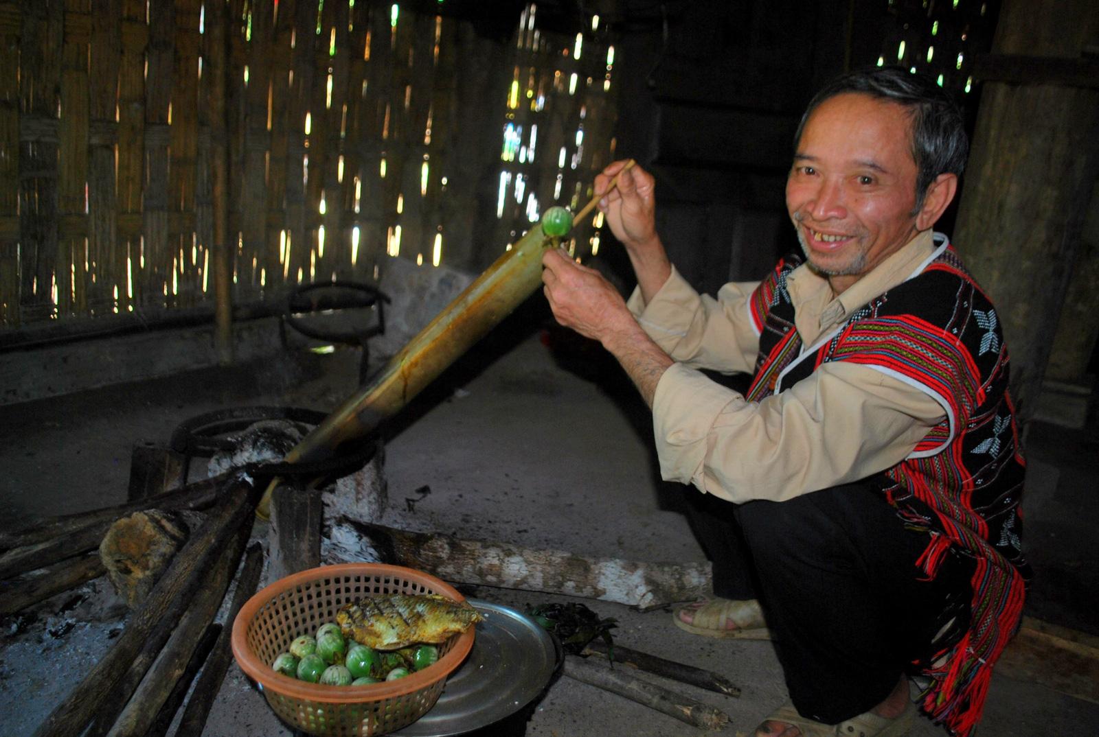 Kể chuyện làng: Lên Trường Sơn ăn món cà đắng của người Cơ Tu - Ảnh 4.