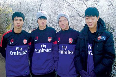 4 cầu thủ tập huấn ở Arsenal.