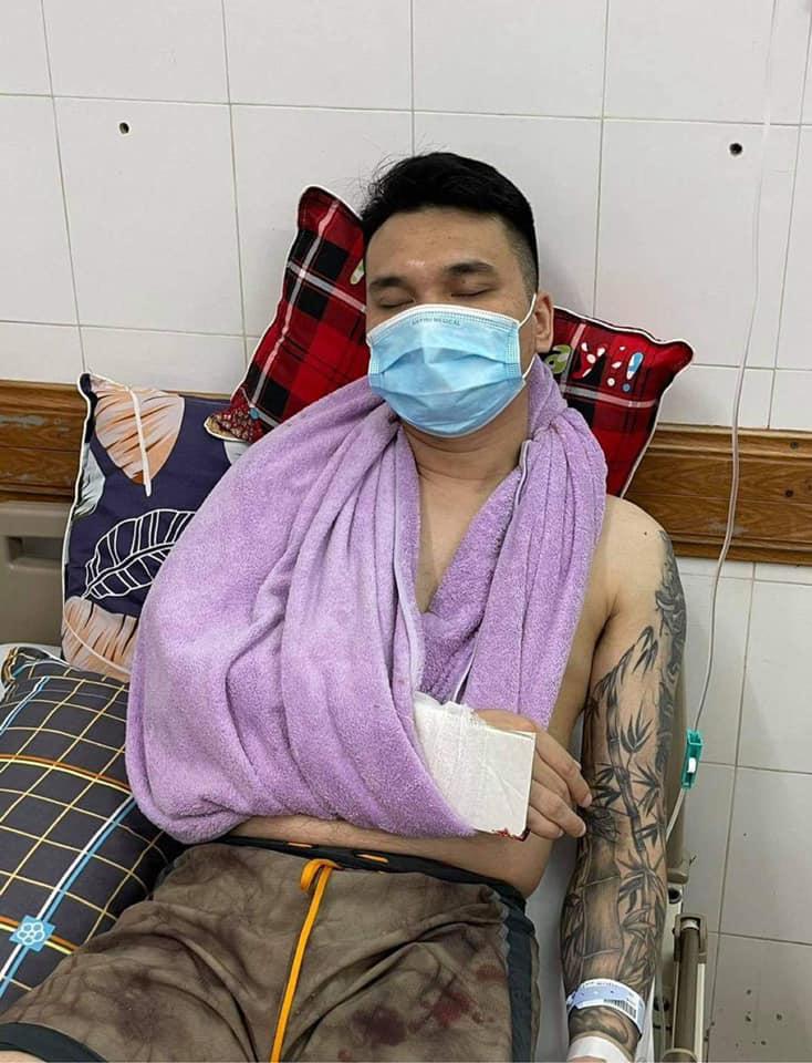 Hình ảnh nam ca sĩ Khắc Việt trong bệnh viện.