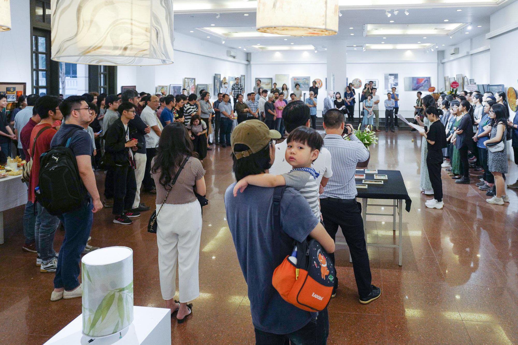 Triển lãm thu hút đông đảo người yêu nghệ thuật hội họa tham dự.