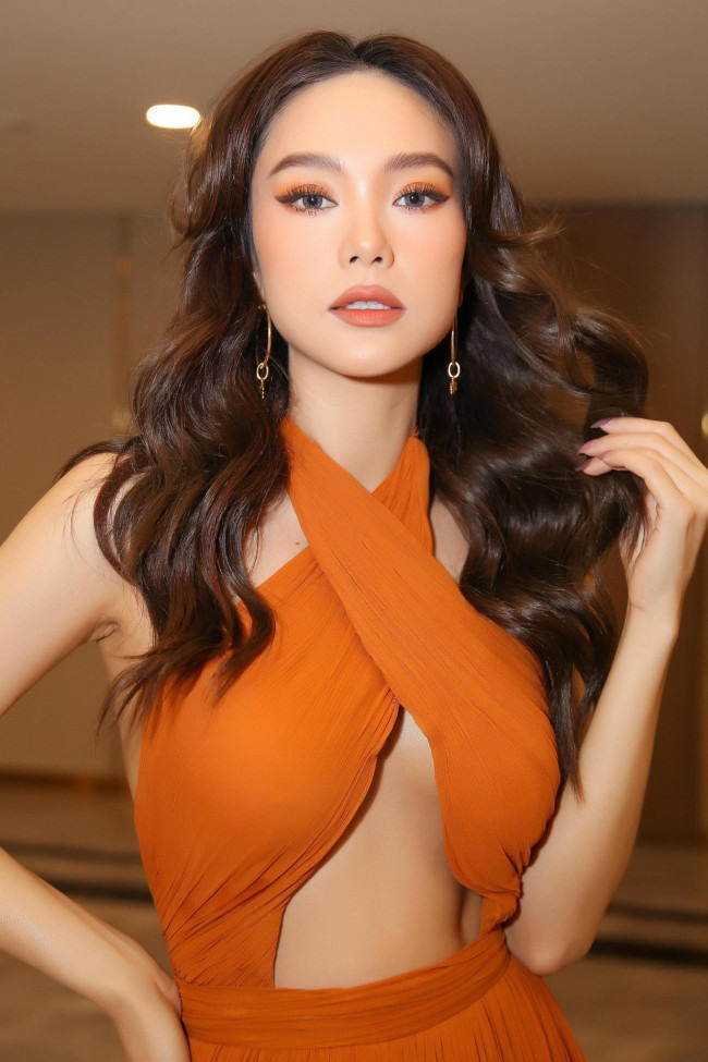 Gu thời trang táo bạo, cực kỳ ấn tượng của nữ ca sĩ Minh Hằng - Ảnh 4.