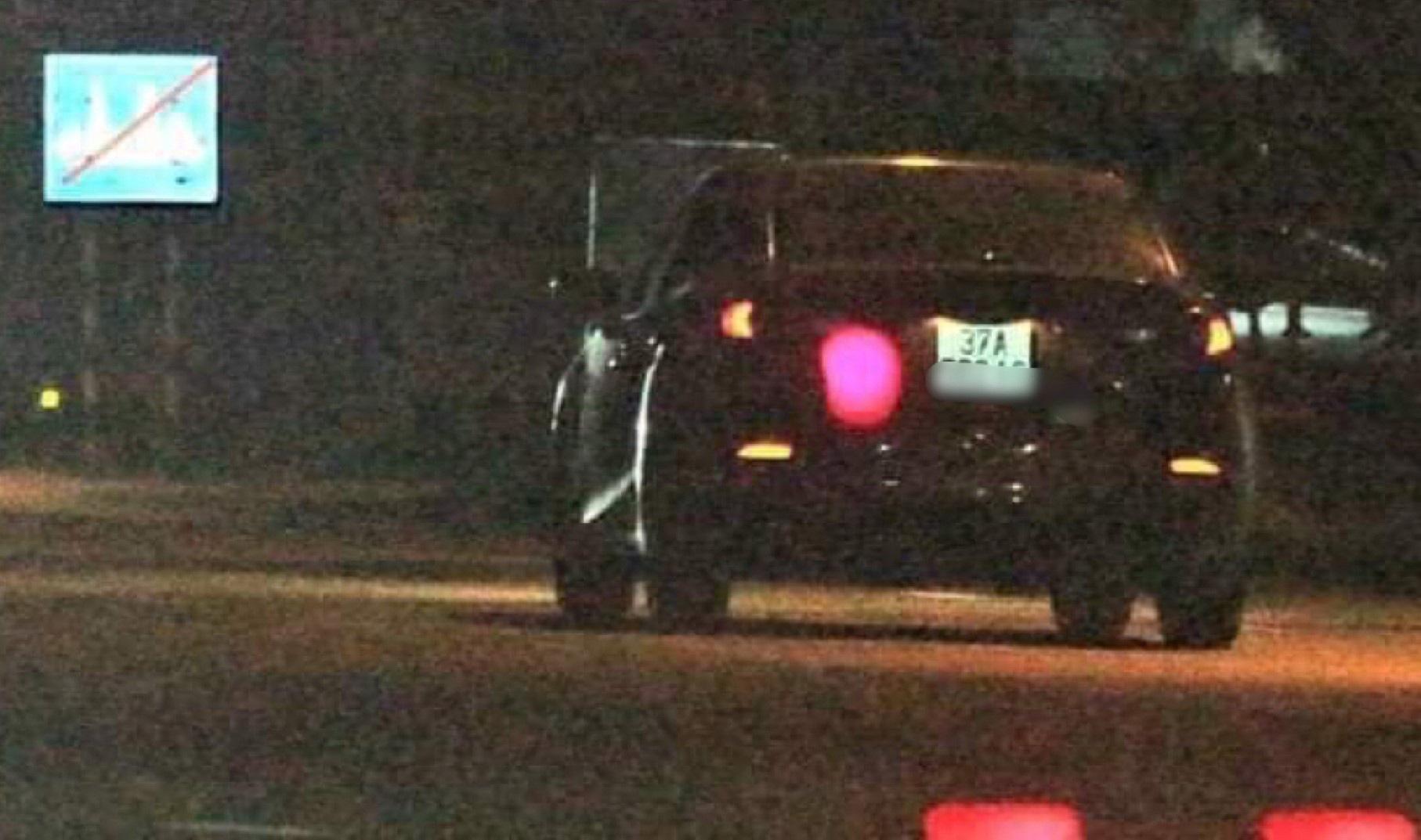 Tài xế ôtô tông CSGT trọng thương rồi bỏ trốn - Ảnh 1.